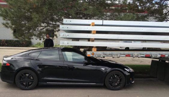 Tesla без водія завелася і спричинила аварію (Відео)