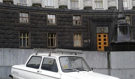 Під Кабміном побачили несподіване авто (Фото)