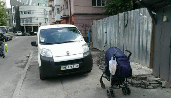 """У соцмережі показали чергового """"автохама"""" (ФОТО)"""