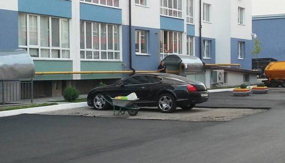 Як українські дорожники кладуть асфальт оминаючи припарковані авто (Фото)