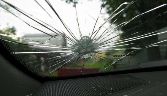 Як бути, якщо в автомобілі тріснуло лобове скло?
