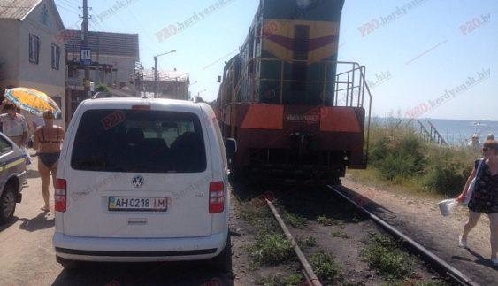 """Машина """"автохама"""" годину блокувала рух автівок та потягу (Відео)"""
