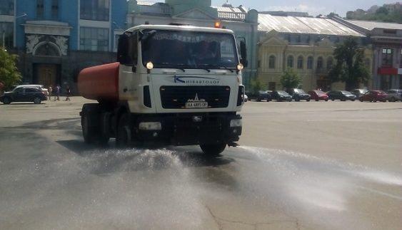 У Києві цілодобово поливають дороги (Фото)