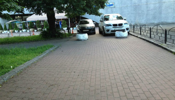 "У Києві два водії перемогли у номінації ""Паркуюсь, як мудак"""