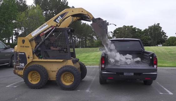 Міцність багажника Honda Ridgeline перевірили цеглою (Відео)