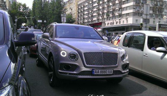 По Києву вже їздить перший розкішний позашляховик Bentley (фото)