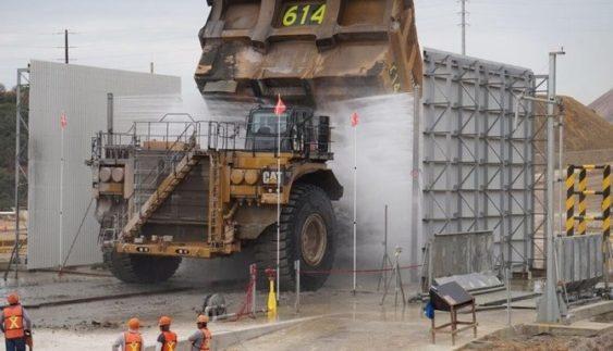 Неймовірне видовище: мийка найбільших кар'єрних машин у світі