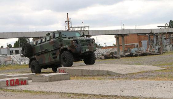 Випробування українських бронемашин: завал з гігантських колод і кам'яні брили (фото)