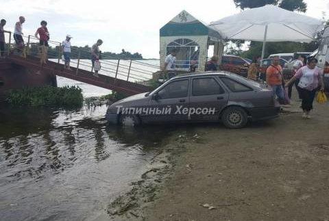 «Герой парковки» припаркувався в річці (Фото)
