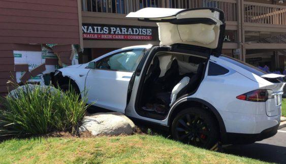 Ще одна Tesla з автопілотом потрапила у ДТП