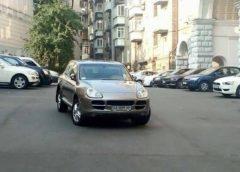 """""""Герой паркування"""" на Porsche заблокував київський двір (Фото)"""