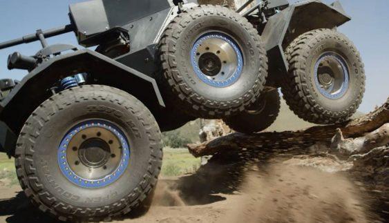 Військовий броньовик перетворили в шестиколісний позашляховик (відео)