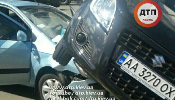 """У Києві Hyundai уперіщив по Suzuki і """"припаркував"""" його в огорожу переходу (Фото)"""