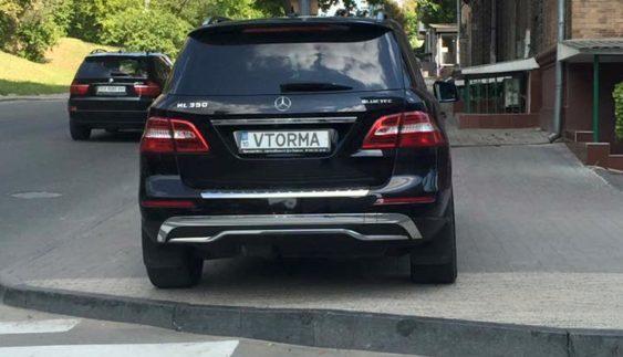 """Автохам"" на Mercedes із ""крутими"" номерами вразив паркуванням (Фото)"