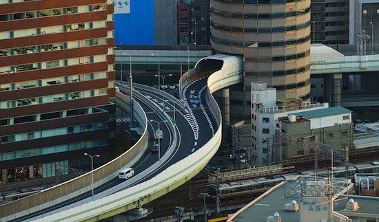 Неймовірно: швидкісне шосе, яке проходить через 16-ти поверховий будинок (Фото)