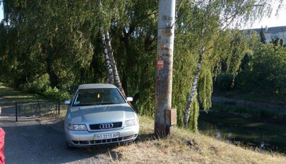 """Черговий """"герой парковки"""" став зіркою Інтернету (ФОТО)"""