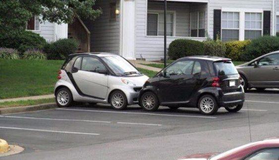 """""""Романтичні"""" автомобілі Smart стали """"героями"""" парковки (Фото)"""