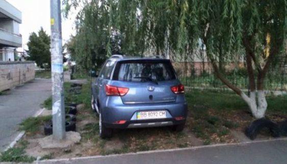 """Дивовижний сусід: мережу розлютив черговий """"герой паркування"""" (Фото)"""