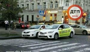 """Я паркуюся як таксист: """"герої парковки"""" перекрили півдороги (Фото)"""