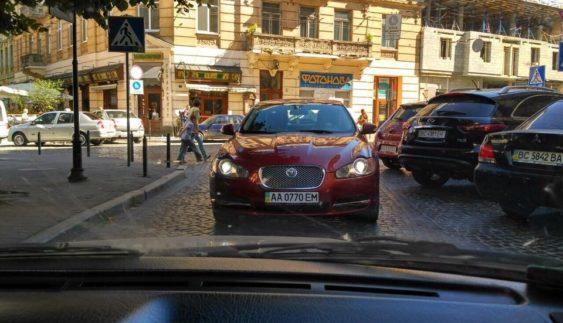 """Як """"герой парковки"""" заблокував дорогу (Фото)"""