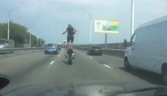 Ролик з мотоциклістом-екстремалом з Києва підкорює мережу (відео)