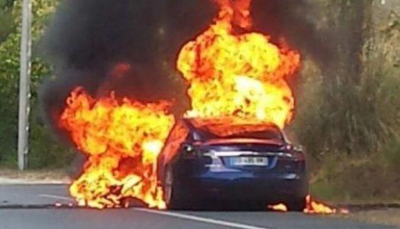"""""""Автомобіль майбутнього"""" вибухнув і повністю згорів (Фото)"""