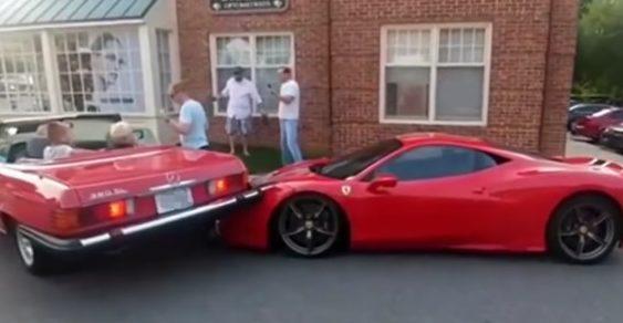 Крута парковка: американка припаркувала свій Мерседес на Феррарі за 300 000 доларів (Відео)