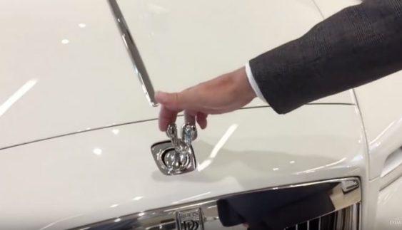 Наскільки складно вкрасти статуетку з капота Rolls-Royce? (Відео)