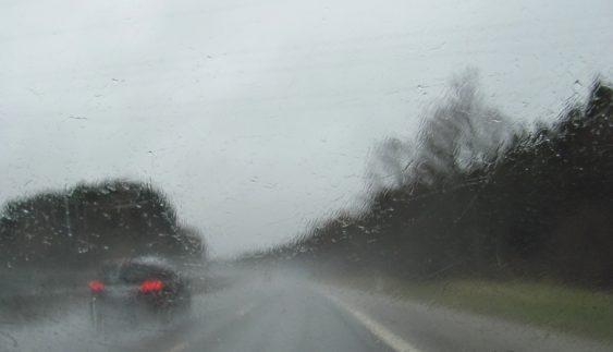 Поліцейські радять водіям, як керувати автівкою під час дощу