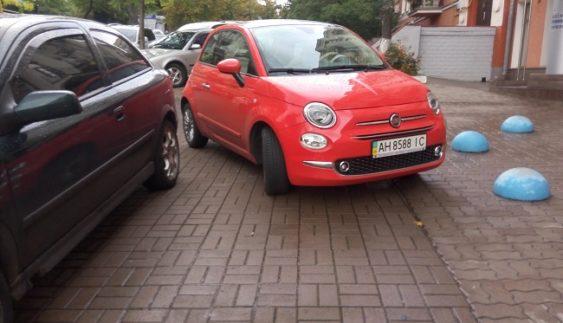Хам з донецькими номерами вирішив, що може паркуватися де завгодно (Фото)