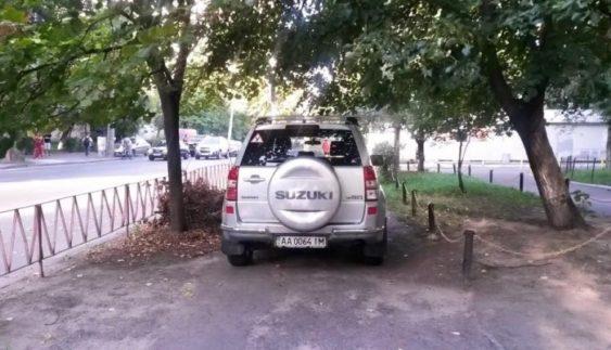 """""""Герой парковки"""" залишив пішоходів без тротуару (Фото)"""
