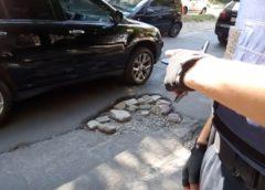 У Дніпрі поліція виписала чиновнику штраф за яму на дорозі (Відео)