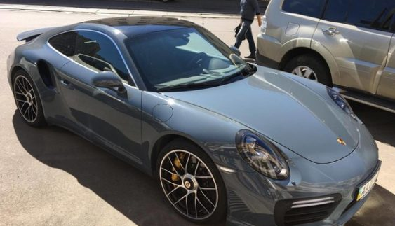 Porsche 911 незвичайного кольору помітили в столиці (Фото)