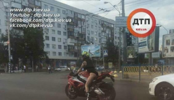 У Києві помітили ще одну ефектну мотогонщицю (Фото)