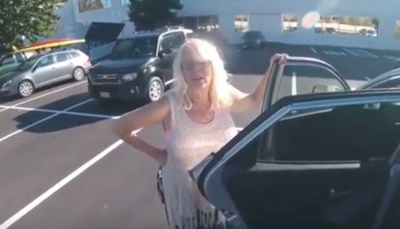Мама побажала синові-мотоциклісту щасливої дороги, а потім сама ж збила його автомобілем (відео)