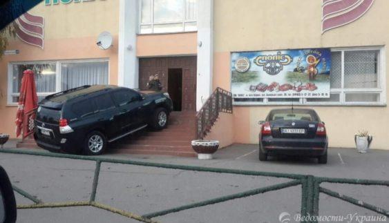 """""""Геній парковки"""" наочно показав переваги позашляховика (Фото)"""
