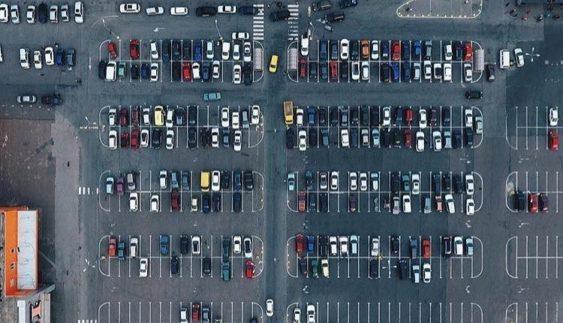 """Вид згори: зняли """"автохамів"""" на великій парковці (Фото)"""