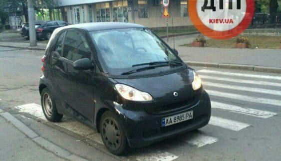 """Непомітний: як """"герой парковки"""" Smart на переході сховав (Фото)"""