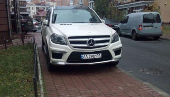 """Черговий """"геній парковки"""" прикинувся пішоходом (Фото)"""