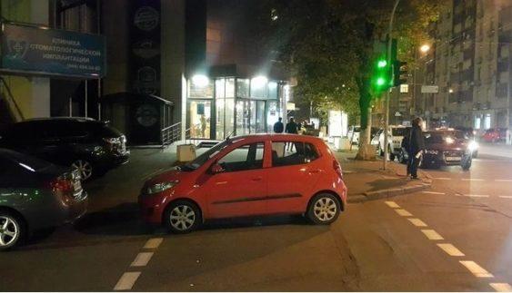 """Як столичний """"герой парковки"""" поспішав за цигарками (Фото)"""