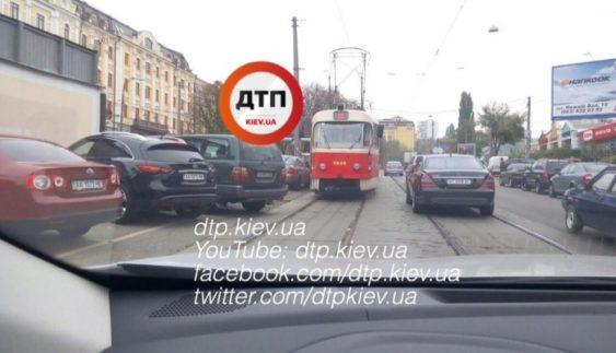 """Позашляховик """"героя парковки"""" зупинив рух київських трамваїв (Фото)"""