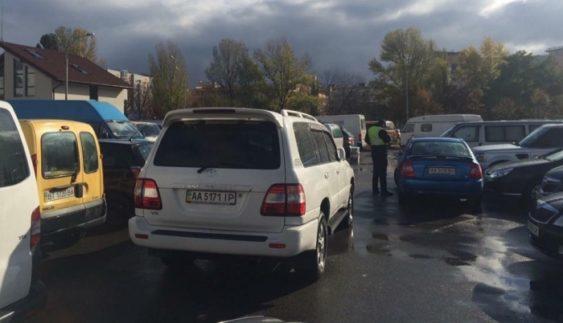 """""""Герої парковки"""" заблокували виїзд зі столичного МВЦ (Фото)"""