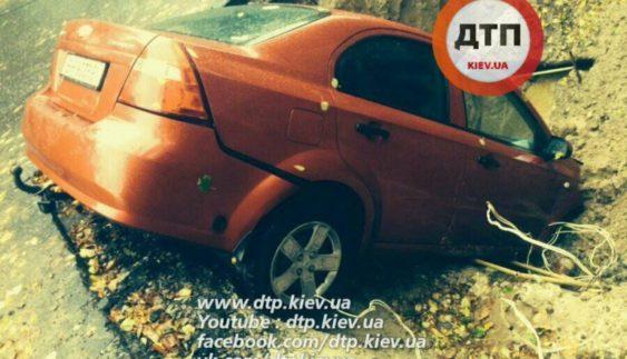 В столиці авто третій день лежить у ямі посеред дороги (Фото)
