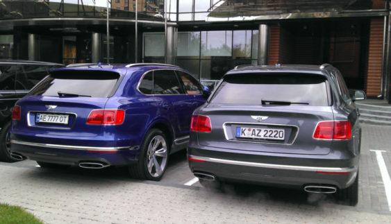 Помітили відразу два люксових позашляховика Bentley Bentayga в Києві (Фото)