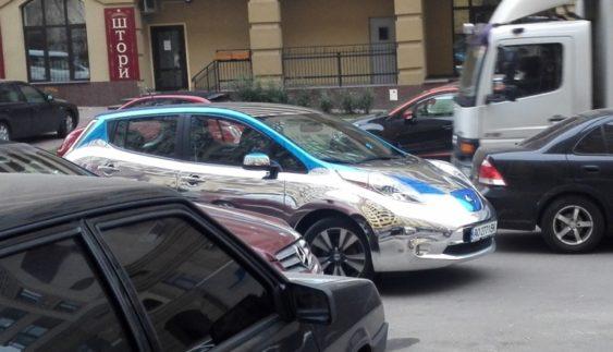 У Києві засвітився унікальний дзеркальний електромобіль (Фото)