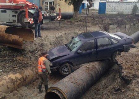 В Одесі автомобіль в'їхав в котлован теплотраси (Фото)