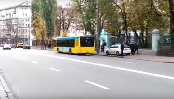 Поліція Києва обурила людей своїм вмінням паркуватися (Відео)