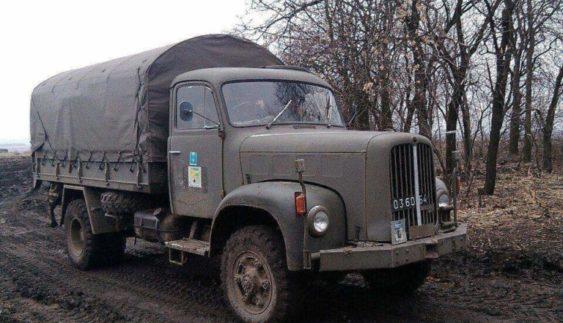 У зоні АТО бійці роз'їжджають на раритетних швейцарських вантажівках (Фото)