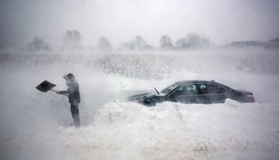 Що робити, якщо машина застрягла в снігу (Відео)