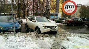 """Нахабний водій проміняв парковку на """"зебру"""" (Фото)"""